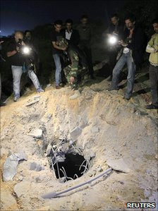 NATO bomb hits Gaddafi compound
