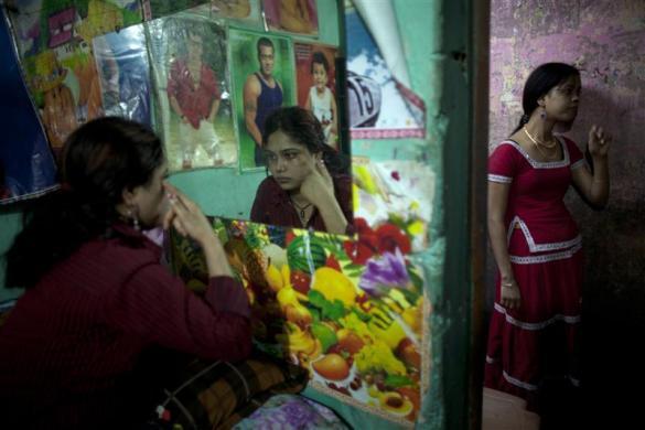 కస్టమర్ల కోసం మేకప్ తొడుగుతూ... -ఫరీద్ పూర్, బంగ్లాదేశ్. 22-02-2012