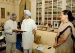 Manmohan, with Sonia claims to form government in 2004