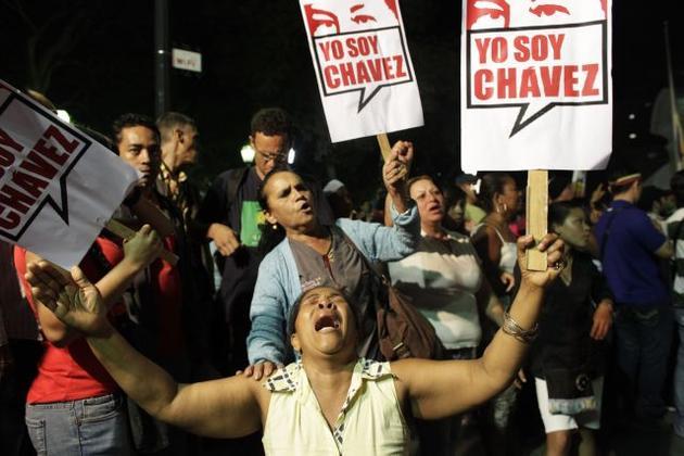 """I am Chavez"" బ్యానర్లు ప్రదర్శిస్తూ విలపిస్తున్న వెనిజులన్లు"