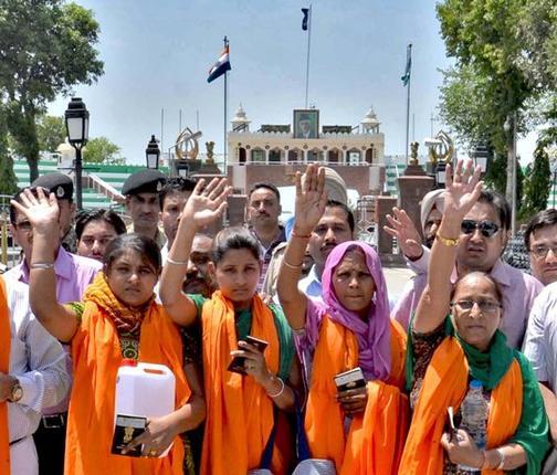 సరబ్ జిత్ సింగ్ ను చూడడానికి వెళ్తూ వాఘా సరిహద్దు వద్ద కుటుంబ సభ్యులు