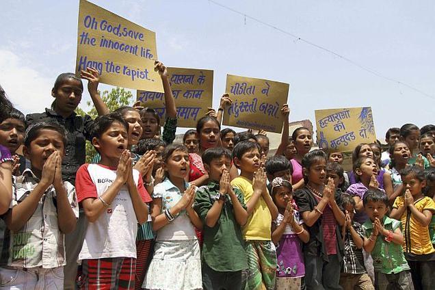 పాప కోలుకోవాలని ప్రార్ధిస్తున్న ఢిల్లీ స్కూల్ విద్యార్ధులు