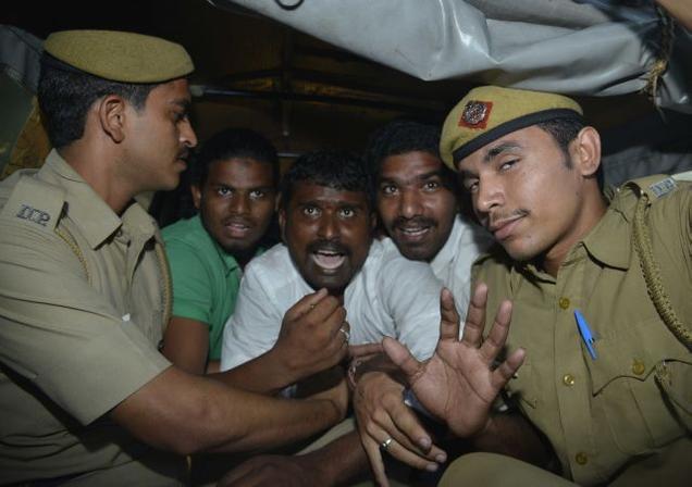 ప్రధాని నివాసం వద్ద సీమాంధ్ర ఆందోళనకారుల అరెస్టు -ది హిందు