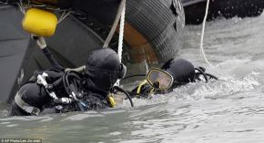Divers try to enter Sewol