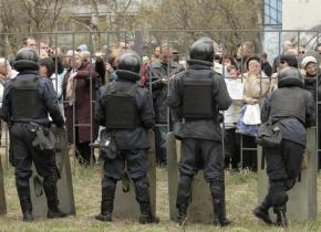Supporters of the detained pro-Russian protesters gather in front of the court building in Kharkiv, April 9, 2014. REUTERS/Stringer