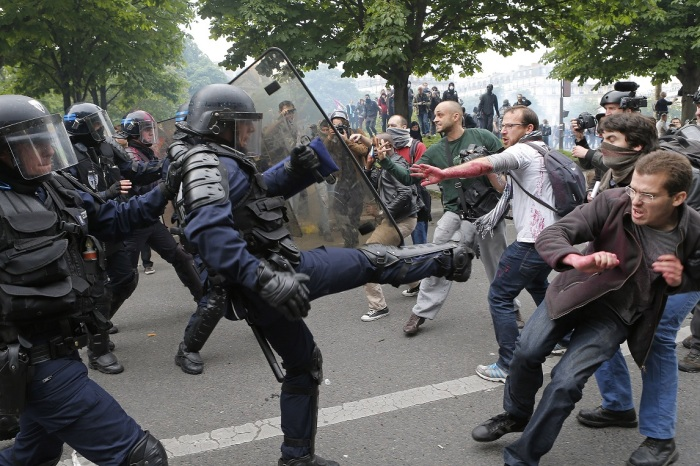 French workers clashe with police on May 27