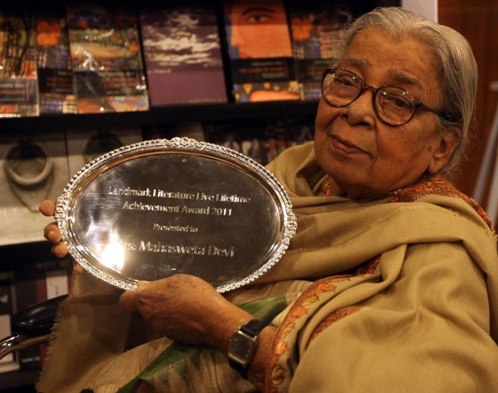 Mahashwetha with an award