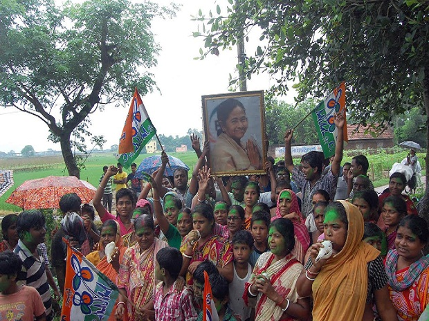 Singur villagers celebrate Court judgement